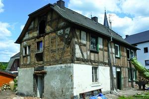 """Das kurz vor dem Zerfall stehende Fachwerkhaus """"Alte Vikarie"""" in Dattenfeld wurde mit natürlichen Materialien wie Lehm, Kalkputz und mineralischen Farben saniert<br />"""