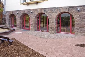 Da die Fassadenoptik entscheidend durch den schönen Natursteinsockel bestimmt wird, kam bei der Kellersanierung ein Innendämmsystem zum Einsatz   Fotos: Remmers<br />