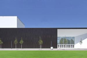 Sowohl die Keramikfassaden als auch die Putzfassaden des neuen Multimediahauses auf dem Campus One der Hochschule für Musik in Karlsruhe sind hinterlüftet<br />