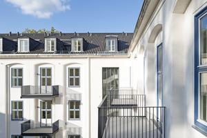 Von außen ist die innere Wandlung der ehemaligen Verwaltungs- und Kasernengebäude der US-Armee in Berlin-Dahlem in exklusive Wohnungen an den neuen Balkonen zu erkennen Foto: Robert Herrmann / KMH Architekten