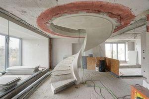 Eine Wendeltreppe führt durch einen kreisrunden Deckendurchbruch in das Penthouse auf dem Bunkerdach Fotos (2): Christine Dempf für Euroboden
