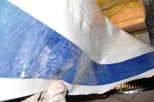 Folien können während der Verarbeitung verstauben. Zumindest der Bereich, in dem geklebt werden soll, muss daher sorgfältig gesäubert werden<br />