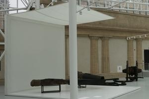 Ausstellungsobjekte in dem mit Glas überdachten Innenhof