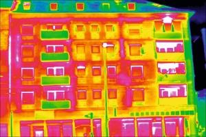 Die Thermografie zeigt, wo man bei diesem Gebäude die ernergetischen Leckagen findet. Wo man die zur Sanierung passenden Fördermittel bekommt, steht im Netz unter www.foerderdata.de <br />