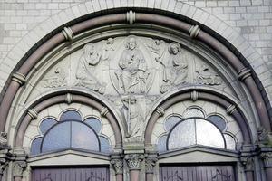Über dem Hauptportal befindet sich ein Tympanon, das Christus als thronenden Weltherrscher zeigt<br />Fotos: Bodo Klecksel / Wikimedia Commens, Lizenz CC-BY-SA