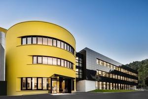 Das neue Empfangs- und Bürogebäude erinnert an den typischen, gelben Sto-Eimer