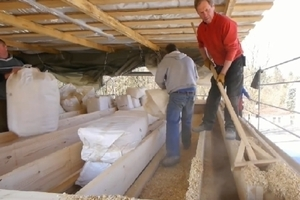 Verarbeitung von Hobelspäne als Außenwanddämmung Foto: Holz-Lehmhaus