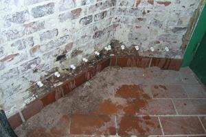 Die Verpressung mit einer Spezialflüssigkeit sorgt für eine Feuchtigkeitssperre im Mauerwerk<br />