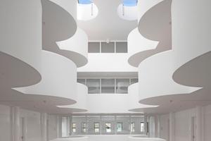 """Die Betonoberflächen im Foyer des Neubaus wurden mit Gipsputz in Q3 verputzt<span class=""""bildnachweis"""">Fotos: Knauf / Roland Halbe</span>"""