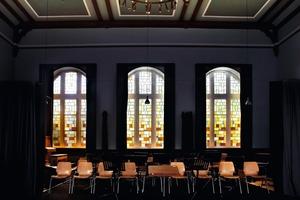 Altes Glas im neuen Rahmen: Auch die 4 m hohen bunten Bleiglasfenster der Aula konnte die Tischlerei Jüchsen erhalten<br />