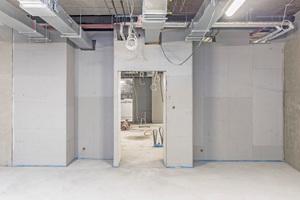 Rechts oben: Nach Montage der zementgebundenen Bauplatten wurde ein gummiertes Abdichtungssystem auf die Epoxydharz-Untergrundspachtelung aufgebracht