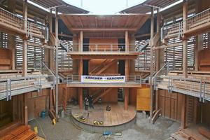 Das durch Wetter und Besucher mit der Zeit verschmutzte Holz des Freilichttheaters bedurfte umfangreicher Reinigungsarbeiten<br /><br />