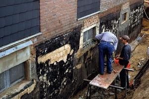 Links: Bei einer Erneuerung der Kelleraußenabdichtung müssen alle losen Putzflächen vorab entfernt werden<br />