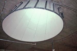Biegsame Glasroc F (Riflex)-Platten wurden als trapezförmige Teilflächen an den CD-Profilen befestigt, um so eine kegelartige Schachtverkleidung zu erreichen<br />