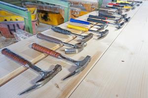 Zusammen mit Mitarbeitern der Zimmerei Holzbau Vorderwisch haben wir eine ganze Reihe von Latthämmern verschiedener Hersteller getestet