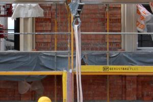 Vormauern einer bis zu 60 cm dicken Ziegelvorsatzschale vor die Stahlbetonkonstruktion und Montage eines Sandsteinelements