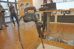 Dieser 5kg-Hammer ist mit Sensoren bestückt, um die Beanspruchung der einzelnen Komponenten messen zu können