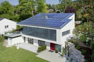 Das Dach des Hauses ist großflächig mit einer Photovoltaikanlage bestückt<br />