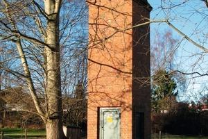 Links: Das Mitte der 1950er Jahre aus Backstein erbaute Trafohäuschen vor dem Umbau zum Kinderhotel<br />