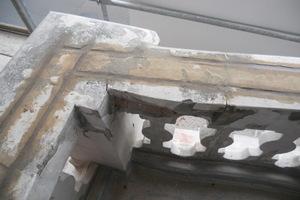 Die eingemörtelten Edelstahlstäbe in der Balkonbrüstung<br />