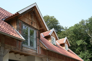 Der Zwerggiebel (links im Bild) diente als Vorlage für die im Format verkleinerten Dachgauben (rechts im Bild)<br />