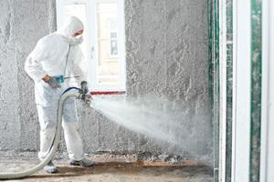 Feuchtes Aufblasen von Zelluloseflocken als Innendämmung einer Außenwand<br />Foto: Isocell
