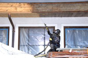 Im ersten Arbeitsschritt entfernten die Handwerker Verdunklungen und Altanstiche von der Holzfassade