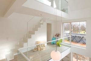 """Durch eine 2 x 4 m große Öffnung in den Decken entsteht im Haus ein großzügiger Lichthof mit Galerien<span class=""""bildnachweis"""">Foto: Velux Deutschland</span>"""