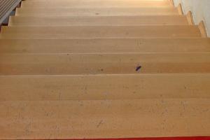 Rechts: Durch verschmutzte Schuhsohlen beschädigte Treppe