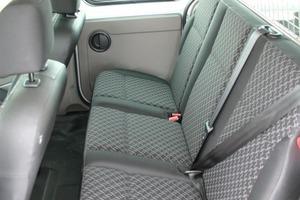 Links: Die hintere Sitzbank ist für drei Personen ausgelegt, bietet aber nur wenig Beinfreiheit<br />