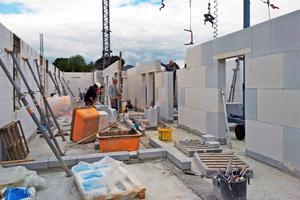 """Den Rohbau der Flüchtlingsunterkunft """"Fürstenkämpe"""" errichteten die Mitarbeiter des Bauunternehmens Robert aus großformatigem Kalksandsteinmauerwerk<span class=""""bildnachweis"""">Fotos (3): Gregor Verse / Stadt Ahaus</span>"""