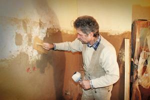 Dort wo Fliesen an den Wänden klebten, mussten die Handwerker die Ausbruchstellen neu verputzen und für den nachfolgenden Farbanstrich grundieren<br /><br />