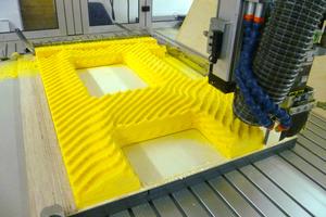 """Die Wärmestromdichte wird von der Dreiachs-CNC-Fräsmaschine in ein Modell aus Polystyrol """"übersetzt"""""""