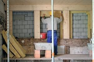 Ausfachung der Holzständerkonstruktion mit Mineralwolle vor der Kalksandsteinwand zum Treppenhaus