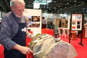 Hier werden Fugarbeiten an Sandsteinelementen gezeigt<br />