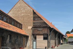 """""""Holz in der Denkmalpflege"""" wird das diesjährige Schwerpunktthema auf der denkmal 2012 in Leipzig sein. Ein Beispiel, das eine historische Holzkonstruktion mit moderner Holzarchitektur verbindet, ist die große Scheune auf der Gelände des ehemaligen Klosters Drübeck<br />Foto: Thomas Wieckhorst<br />"""