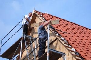 Das Dach wurde mit naturroten Hohlfalzziegeln komplett neu eingedeckt<br /> Foto: Fachwerkstatt Drücker &amp; Schnitger