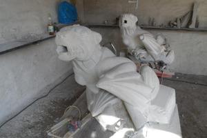 Gipsmodell und Sandsteinwasserspeier während der Fertigung durch den Künstler Martin Roedel aus Halle