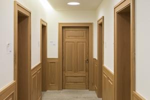Indirektes Licht aus Lichtvouten in Form von Viertelkreisen setzt die Flure in Szene