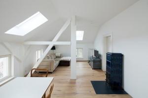 Der Wohnraum im Dachgeschoss kann nach Abschluss der Arbeiten mit angenehmer Strahlungswärme beheizt werden<br />Fotos: Peter Eichler / Uponor / Knauf