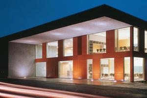 Erweiterungsbau der Martin Luther King Gesamtschule in Marl: Die Fassade wurde mit einer eleganten, anthrazit-grauen Natursteinschicht besplittet