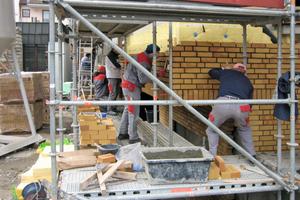 Die Vormauerschale errichteten die Maurer für den Neubau aus einem kostengünstigen Standard-Ziegel