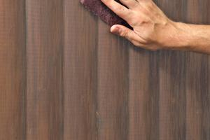 Soll eine dunkel lasierte Holzfläche heller  werden und dabei die Holzanmutung erhalten bleiben, geht das nur mit der Aufhelltechnik