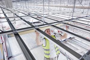 """In der so genannten """"Gartenhalle"""" wird ein rund 1800 m2 großes Deckenfeld aus """"Rigitone""""-Lochplatten montiert"""