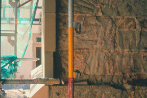 Bei zweischaligem Mauerwerk fällt die innere, lose Füllung heraus, wenn man die äußeren, zerstörten Natursteine entfernt<br />
