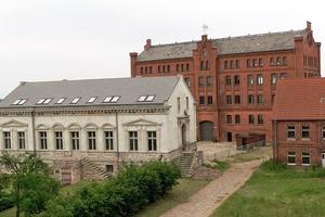 Das Ensemble aus Speichergebäude, Fabrikantenvilla und Arbeiterwohnhaus der Tabakfabrik Vierraden<br />Fotos (2): kunstbauwerk e.V.