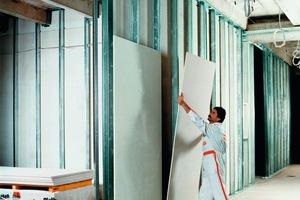 Oben: Ein wesentliches Kriterium für funktionierenden Schallschutz ist die konsequente Trennung der Bauteile zwischen den Räumen. Dann können Deckenkonstruktionen in Trockenbauweise, wie Trittschallmessungen auf der Baustelle bewiesen haben, einen Schallschutz von bis zu 38dB erreichen<br /><br /><br /><br /><br />
