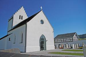 Die Sanierung bewahrt die regionale Bautradition und lässt das einzigartige Ensemble aus Kirche, Friedhof und Mesnerhaus in neuem Glanz erstrahlen