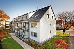 Rechts: Helle Fassaden mit mineralischem Edelkratzputz und hochwertige Aluminiumbalkone werten das Viertel nach Abschluss der Arbeiten auf