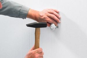 Einfache Montage: Loch bohren, Dübellänge je nach Dicke des WDV-Systems wählen, Metallgewindestift herausdrehen und den SPI-Rohrschellendübel in die Wand einschlagen, bis die Rosette sauber anliegt. Metallgewindestift wieder eindrehen und Rohrschelle befestigen<br />
